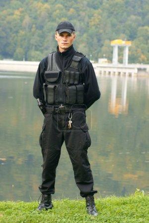 Photo pour Garde de sécurité en uniforme et armé - image libre de droit