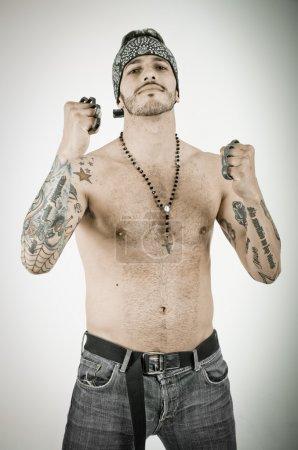Photo pour Homme avec un poing en fond grunge - image libre de droit