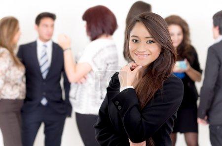 Photo pour Portrait de jeune femme asiatique coûteuse avec ses partenaires d'affaires sur le fond - image libre de droit