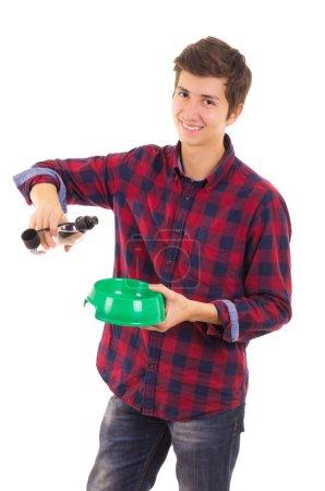 Photo pour L'homme de verser de l'eau pour chien - image libre de droit