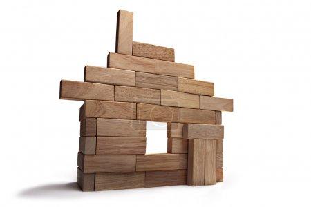 Photo pour Présentation de la maison hors des bâtons en bois - image libre de droit