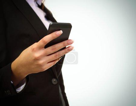 Photo pour Femme d'affaires à l'aide de son smartphone - image libre de droit