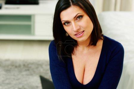 Photo pour Gros plan portrait d'une jeune femme heureuse à la maison - image libre de droit