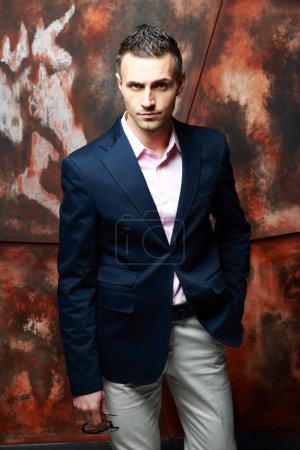 Photo pour Portrait d'un bel homme d'affaires - image libre de droit