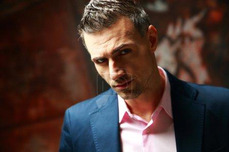 Photo pour Portrait d'un homme d'affaires confiant - image libre de droit