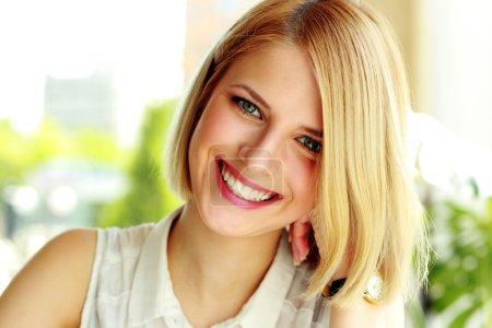 Photo pour Portrait d'une femme souriante - image libre de droit