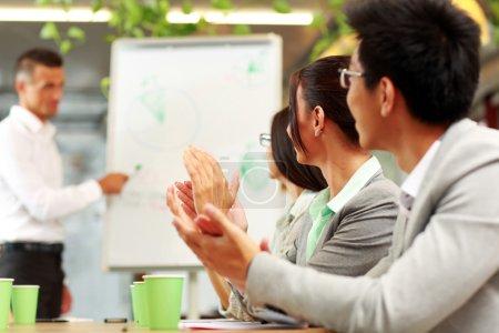 Photo pour Gens d'affaires applaudir lors d'une réunion. concept d'affaires. - image libre de droit
