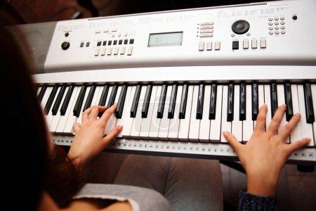 Photo pour Pianiste femelle, vue du haut, corps et boutons du piano ont été modifiés numériquement - image libre de droit