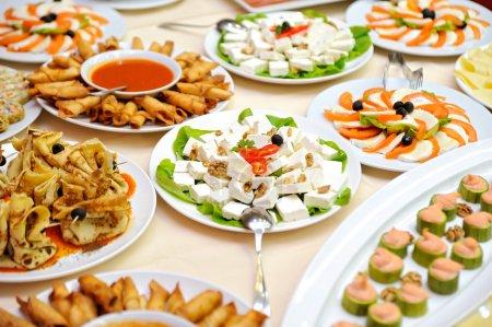 Photo pour Restauration alimentaire lors d'une fête de mariage - image libre de droit