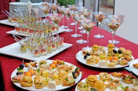 Photo pour Restauration, alimentation à une table sur une partie - image libre de droit