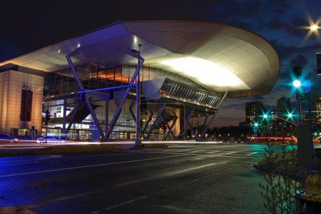 Foto de Vista nocturna del centro de convenciones en el puerto de boston - Imagen libre de derechos