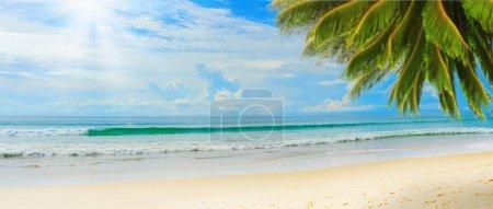 Photo pour Belle plage tropicale ensoleillée sur l'île paradisiaque au milieu de la mer - image libre de droit