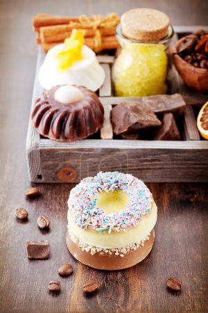 Photo pour Savon, sel de mer, café, chocolat et cannelle. produits de Spa. - image libre de droit