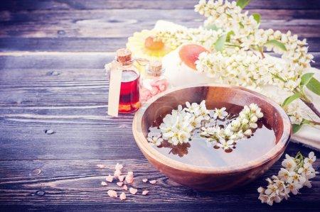 Photo pour Spa aromathérapie ensemble. fleurs, huile de massage, sel de mer - image libre de droit