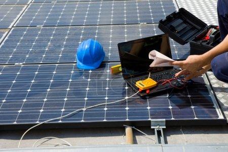 Foto de Ingeniero de pruebas de los paneles solares - Imagen libre de derechos