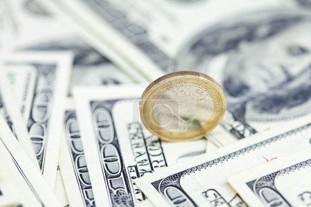 Photo pour Pièce d'un euro contre le dollar billets - image libre de droit