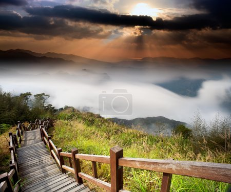 Photo pour Étonnant lever de soleil et montagne pour adv ou d'autres objet utilisation - image libre de droit