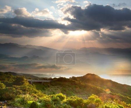 Photo pour Paysage d'automne coloré dans les montagnes. Lever de soleil - image libre de droit