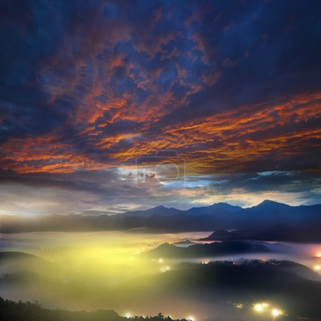Photo pour Lever de soleil bel été dans les montagnes. chemin d'accès le long de la crête menant au sommet - image libre de droit