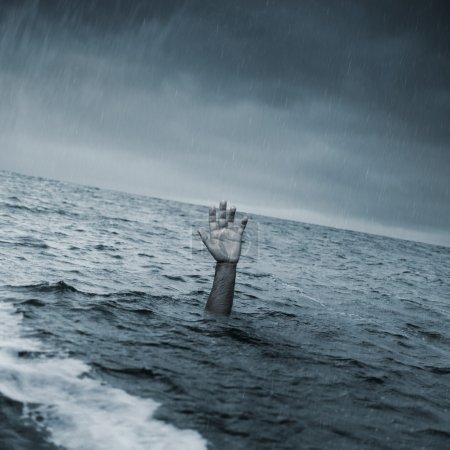Photo pour Main de l'homme à la mer, demander de l'aide - image libre de droit