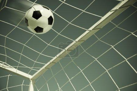 Photo pour Balle de football en filet de but, mise au point sélective - image libre de droit