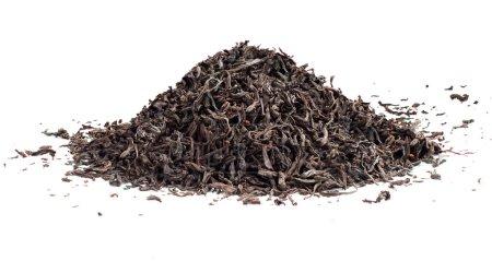Photo pour Thé noir feuilles de thé séchées en vrac, isolé sur le fond blanc - image libre de droit