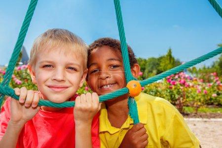 Foto de Mirando a través de la red en el patio de recreo de los niños - Imagen libre de derechos