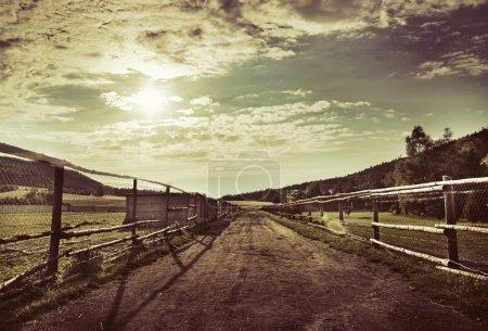 Photo pour Voie routière et ciel bleu profond - image libre de droit
