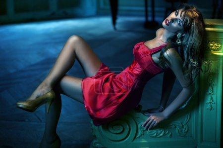 Photo pour Sexy femme vêtue d'une robe rouge - image libre de droit