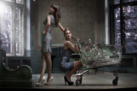 Photo pour Deux femmes sexy posant dans le palais - image libre de droit