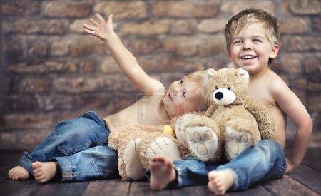 Dos hermanos felices jugando juguetes
