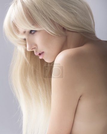 Photo pour Portrait d'une blonde beauté calme - image libre de droit