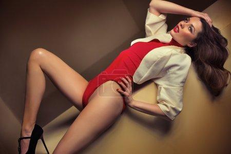 Photo pour Femme incroyable dans la pose vraiment sensuelle - image libre de droit