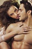 Smyslná žena dotýká jejího přítele dokonalé tělo