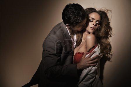 Photo pour Bisous sensuels sur le délicat jeune cou - image libre de droit