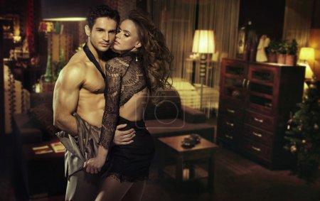 Photo pour Sensuelle jeune couple dans une chambre romantique - image libre de droit