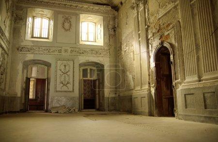 Photo pour Intérieur vif dans l'ancien palais - image libre de droit