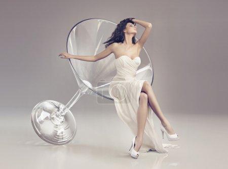 Photo pour Femme fabuleuse dans le verre à martini - image libre de droit