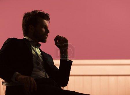 Foto de Chico guapo sentado en la silla de cristal - Imagen libre de derechos