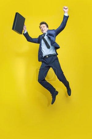 Photo pour Elégant gentleman avec la valise noire - image libre de droit