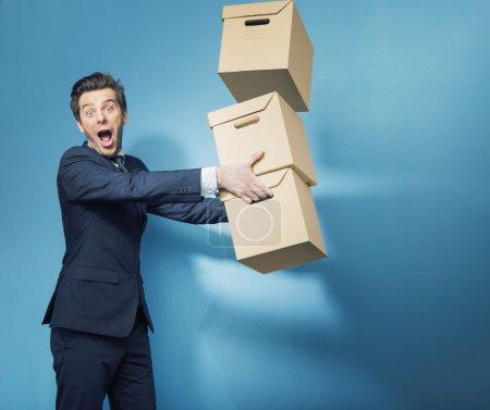 Photo pour Surpris banquier intelligent portant les boîtes - image libre de droit
