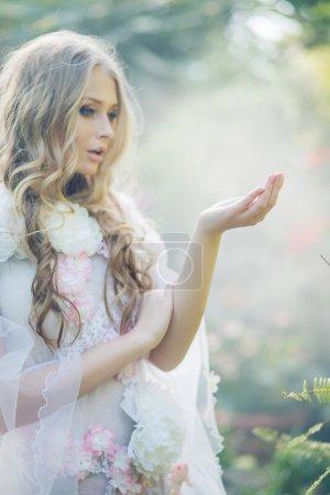 Photo pour Jolie dame blonde dans le jardin tropical - image libre de droit