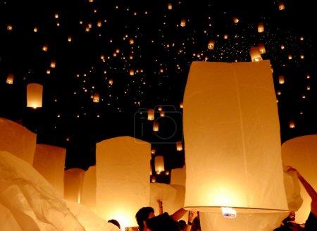 Photo pour Lanterne flottante, Yi Peng Balloon Festival à Chiangmai Thaïlande - image libre de droit