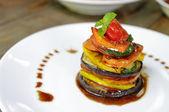 Vegetariánské jídlo na bílé nádobí