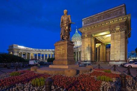 Photo pour Saint-Pétersbourg. Cathédrale de Kazan. Monument à Barclay de Tolly. Bonsoir. Photographie prise avec l'objectif basculant, lignes verticales d'architecture préservées - image libre de droit