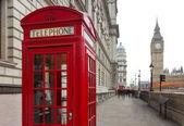 Pohled big ben a klasické červené telefonní budky v Londýně, Velká