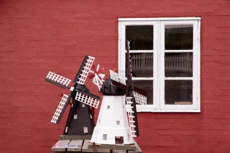 Foto de Modelos de molinos de viento en gudhjem en bornholm, Dinamarca - Imagen libre de derechos