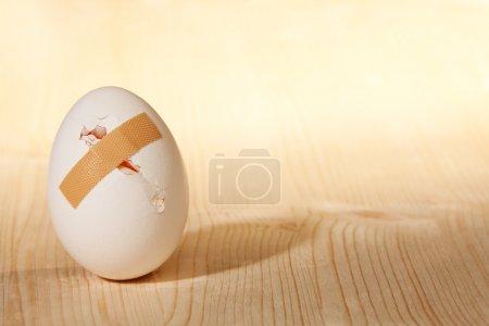Photo pour Œufs fêlés avec sparadrap - image libre de droit