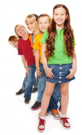 Foto de Grupo de 5 niños y niñas en una línea con sonrisa en sus caras - Imagen libre de derechos