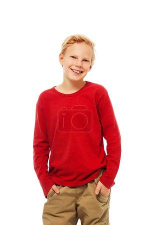 Photo pour Joli blond souriant garçon caucasien en t-shirt rouge - image libre de droit